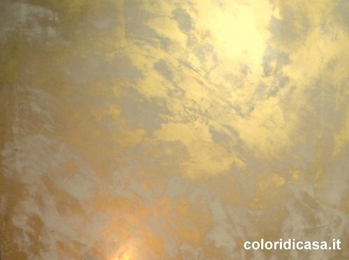 Spatolati effetto oro sfumature di colore for Vernice pareti